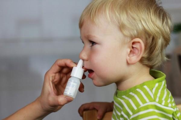 Закапывание носа у ребенка